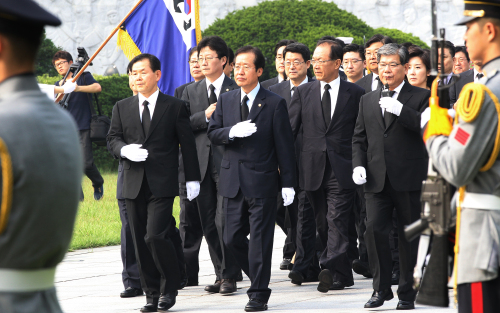 Members of the Grand National Party's new leadership, including chairman Hong Joon-pyo (second from left, front row), visit the national cemetery in Seoul on Tuesday, a day after the party convention. (Yonhap News)
