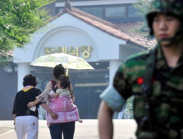 A family of the four soldiers killed in Monday's shooting rampage enter a military hospital, where their bodies are laid, in Seongnam, Gyeonggi Province, Tuesday.(Kim Myung-sub/The Korea Herald)