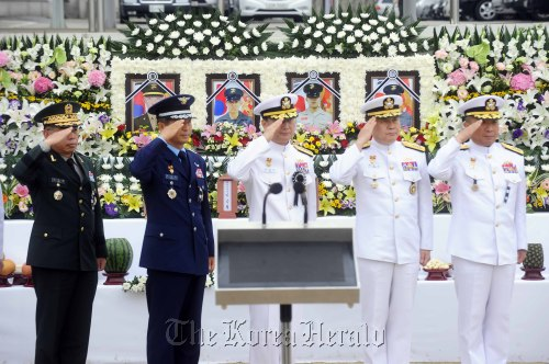 Top military officers salute during the funeral at a military hospital in Seongnam, Gyeonggi Province, Wednesday for the four Marines killed in Monday's shooting rampage.(Park Hae-mook/The Korea Herald)