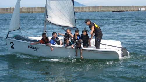 Children enjoy yachting on sea waters off Namhae County. (Namhae County Yacht School/KTO)