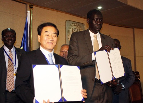 Minister of Special Affairs Lee Jae-oh (left) and South Sudan's Foreign Minister Deng Alor Kuol show protocols to establish diplomatic relations between the two countries at the presidential palace in Juba, South Sudan on Friday. (Yonhap News)