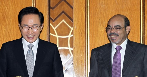 President Lee Myung-bak and Ethiopian Prime Minister Meles Zenawi smile during a pact-signing ceremony after their summit at the presidential palace in Addis Ababa on Friday. (Yonhap News)