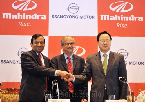 Ssangyong Motor CEO Lee Yoo-il (right) poses with Mahindra and Mahindra CFO Bharat Doshi (center) and the Indian firm's president for automotive and farm sector Pawan Goenka at a press conference in Seoul last March. (Ssangyong Motor Co.)