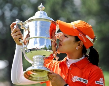 So Yeon Ryu, of South Korea, kisses the championship trophy after a playoff win over compatriot Hee Kyung Seo at the Women's U.S. Open golf tournament at the Broadmoor Golf Club on Monday, July 11, 2011, in Colorado Springs, Colorado. (AP-Yonhap News)