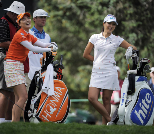 Ryu So-yeon (left) and Seo Hee-kyung share a laugh on the 16th tee during the start of their playoff round at the U.S. Women's Open in Colorado Springs, Colorado, Monday. (AP-Yonhap News)