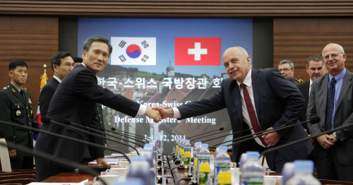 Defense Minister Kim Kwan-jin (left) and his Swiss counterpart Ueli Maurer shake hands prior to their talks at the Ministry of National Defense in Seoul on Tuesday. (Yonhap News)