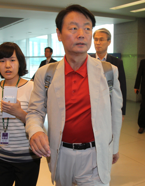 Rep. Han Sun-kyo of the ruling Grand National Party arrives at Incheon International Airport, Wednesday, after his trip to Europe. (Yonhap News)