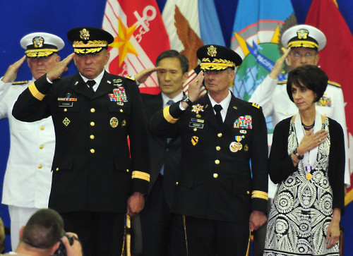 New U.S. Forces Korea commander Gen. James D. Thurman (left) and his predecessor Gen. Walter Sharp salute during the change of command ceremony at the Yongsan Garrison in Seoul on Thursday. (Joint Press Corps)