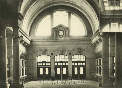 The main hall of the old Seoul station in 1925 (Korea Craft & Design Foundation)