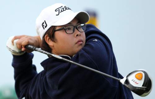 Korea's Jung-Gon Hwang hits a shot from the 16th tee during the first day of the British Open Golf Championship at Royal St George's golf course Sandwich, England, Thursday, July 14, 2011. (AP-Yonhap News)