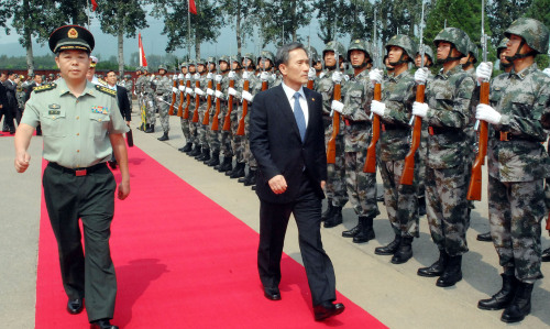 Defense Minister Kim Kwan-jin visits a capital defense military unit during his visit to China on Friday. Yonhap News