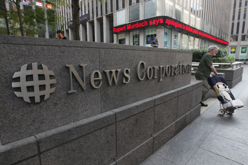 News about Rupert Murdoch is displayed on the Fox News ticker outside the News Corp. headquarters on Friday in New York. (AP-Yonhap News)