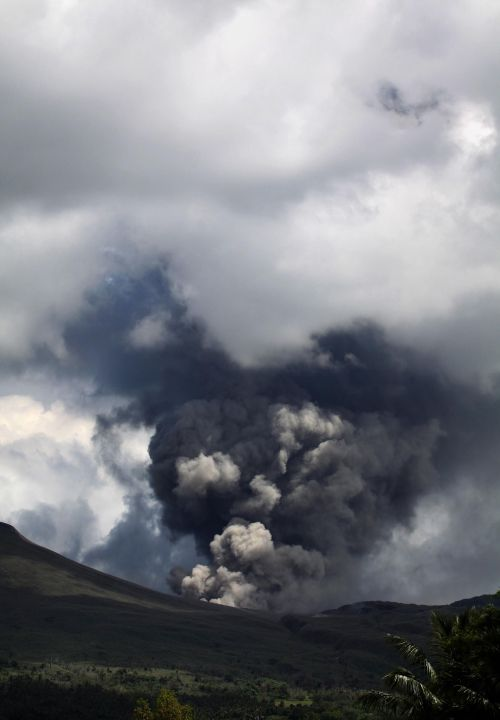 The Mount Lokon volcano in Indonesia spews thick smoke and ash into the air (AFP-Yonhap News)