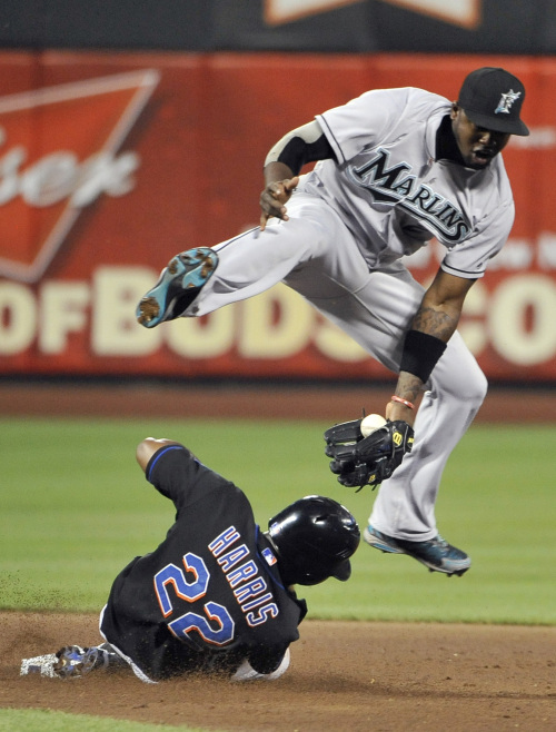 The New York Mets' Willie Harris slides under a leaping Florida Marlins shortstop Hanley Ramirez in the fourth inning. (AP-Yonhap News)
