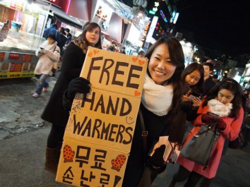 A Seoul Giving Club member passes out free hand warmers at a previous event. (Seoul Giving Club)