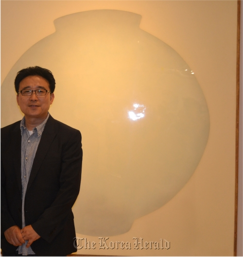 "Kang Ik-joong poses in front of his work ""Moon Jar.""( Kang Ik-joong)"