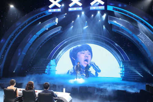 "Contestant Choi Sung-bong sings for the judges on ""Korea's Got Talent."" (tvN)"