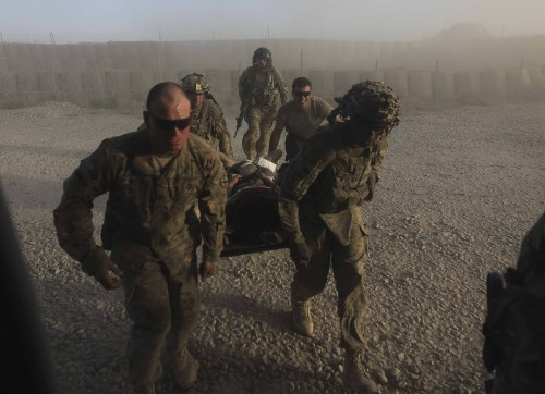 U.S soldiers carried a wounded afghan soldier to a medevac helicopter in Kandahar, Afghanistan on Saturday. (AP-Yonhap News)