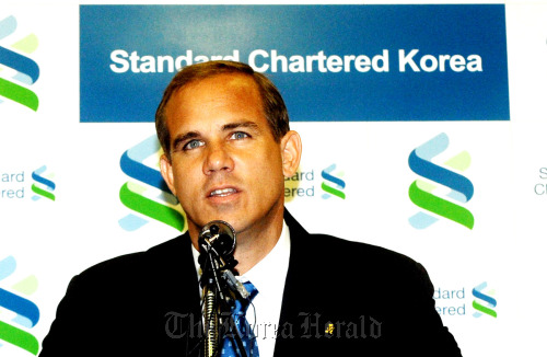 Richard Hill, chief of the Korean unit of Standard Chartered, speaks during a press conference in downtown Seoul on Monday. (Park Hyun-koo/The Korea Herald)