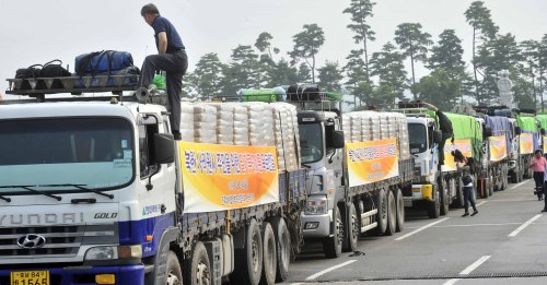 FLOUR AID TO NORTH KOREA — Trucks carrying 300 tons of flour are prepared for delivery to North Korea via land on Tuesday. (Kim Myung-sub/The Korea Herald)