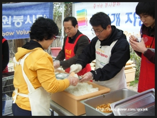 Helpers prepare food for homeless people at a previous Busan event. (Kwon Ki-Jai)