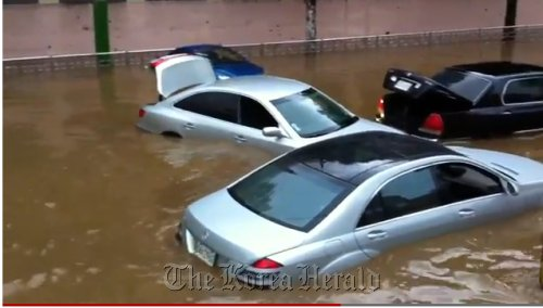 Imported cars are stranded on a submerged street due to heavy rain in Seocho-dong, southern Seoul, Wednesday. (YuTube capture)