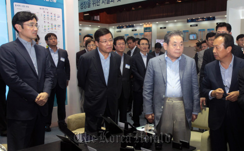 Samsung Electronics chairman Lee Kun-hee (second from right, front row) attends an exhibition on advanced global IT products at the company's Suwon unit on Friday. (Yonhap News)