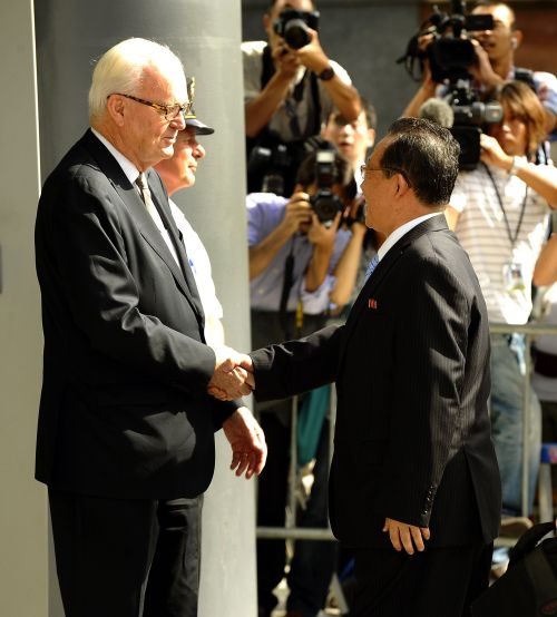 Stephen Bosworth, the Obama administration's top envoy on North Korean affairs, greets North Korean Vice Foreign Minister Kim Kye-gwan (right) at the U.S. Mission to the United Nations inNew York on Thursday. (AFP-Yonhap News)