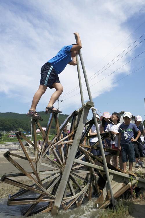 Kids learn how the salt farm works in Byeotgari maeul. (Taean-gun)