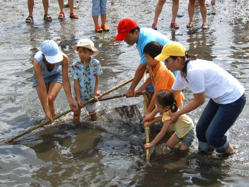 "Participants experience ""doksal,"" a traditional way of fishing in Byeoljubu maeul. (Taean-gun)"