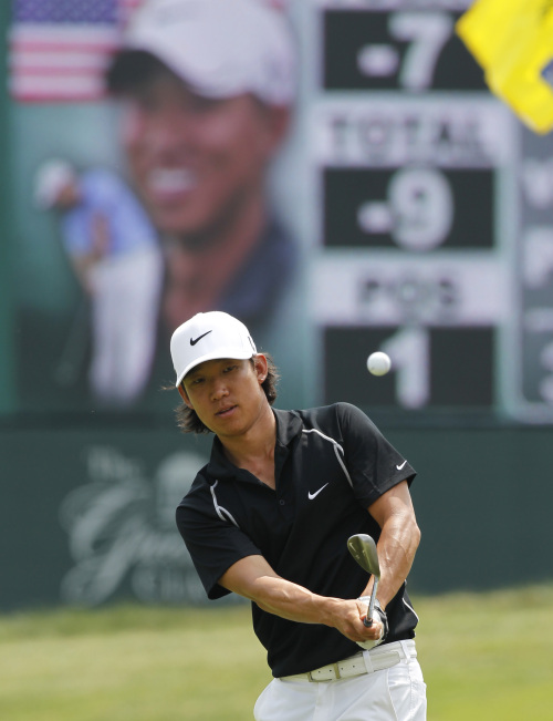 Anthony Kim chips on to the 17th green on Saturday. (AP-Yonhap News)