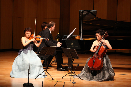 Violinist Chung Kyung-wha (left), cellist Chung Myung-wha (right) and pianist Kevin Kenner stage Brahms Piano Trio No. 1 in B major, op. 8. at the Alpensia Concert Hall on Friday. (Communique)