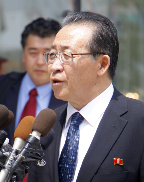 North Korean Vice Foreign Minister Kim Kye-gwan briefs the media following a meeting at the Ronald H. Brown U.S. Mission to the United Nations in New York on Friday. (AP-Yonhap News)