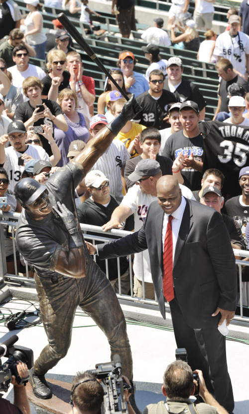 BIG HURT HONORED Former Chicago White Sox star Frank Thomas poses with a statue of himself during a ceremony in Chicago on Sunday. (AP-Yonhap News)