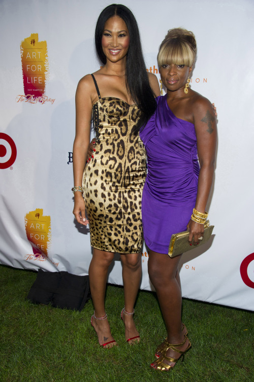 Kimora Lee Simmons (left) and Mary J. Blige attend the 12th annual Art For Life Benefit Gala at Russell Simmons' estate in East Hampton, N.Y. on Saturday. (AP-Yonhap News)