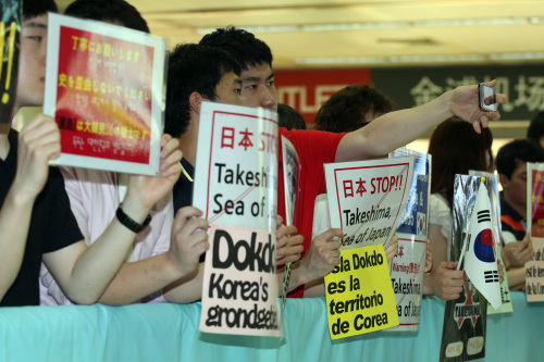 Student members of Dokdo Academy stage a rally against the Japanese lawmakers' entry into Korea at Seoul's Gimpo Airport on Monday.  (Yonhap News)
