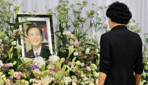 A visitor pays respects to Rev. Ha Yong-jo at the Onnuri Church in central Seoul on Tuesday, after his death Tuesday morning. (Kim Myung-sub/The Korea Herald)