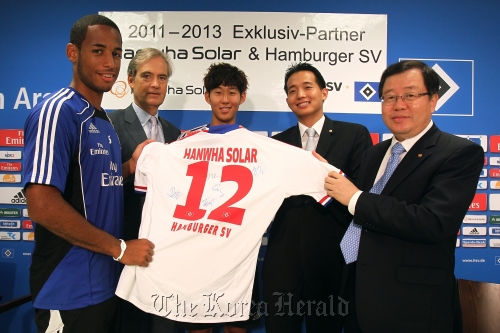 Hamburg SV chairman Carl-Edgar Jarchow (second from left), striker Son Heung-min (center) and Hanwha Chemical CEO Hong Ki-joon (right) pose after signing a sponsorship deal at Hamburg Stadium on Tuesday. (Hanwha Group)