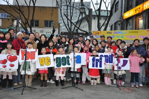 Lee with members of the Waterdrop charity and their families at their first bazaar in Insadong in 2009 (Waterdrop)