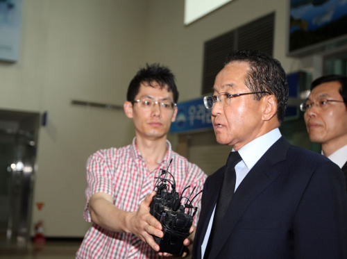 Hyundai Asan President and CEO Chang Kyung-chak walks through the South Korean immigration office for inter-Korean border crossing in Gosung, Gangwon Province, Thursday, to enter the Mount Geumgang resort. (Yonhap News)