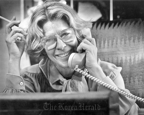 Polly Platt on the phone at her office at Paramount Pictures in Hollywood in 1984. (Bob Chamberlin/Los Angeles Times/MCT)