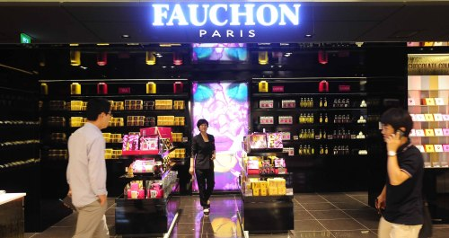 At Sogong-dong Lotte's Fauchon, a sleek black space is devoted to a fashionablypackagedarray of jams, teas, oils, chocolates, cookies, wine and other condiments. (Park Hae-mook/The Korea Herald)