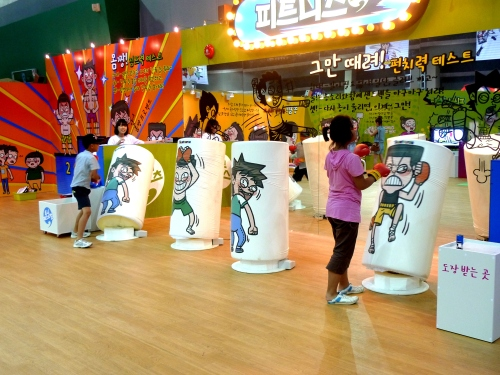 Young visitors try boxing games at Tooni Festival being held at Argo-trade andExhibition Center in southern Seoul. (Tooniverse)