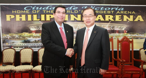 Hanwha E&C vice chairman Kim Hyun-chung (right) and chief of Iglesia Ni Cristo Eduardo Manalo shake hands after the groundbreaking ceremony near Manila on Wednesday. (Hanwha E&C)