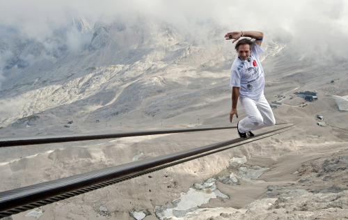 High wire artist Freddy Nock balances as he walks up on the rope of a Zugspitze cable car in Grainau near Garmisch-Partenkirchen, southern Germany, Saturday, Aug. 20, 2011. (AP-Yonhap News)