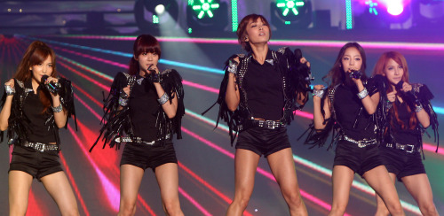 Girl group KARA, who were once embroiled in a dispute with their management agency over a contract, performs at the 2011 Korean Music Wave Festival at the Incheon Munhak Stadium on Aug. 13. (Incheon Tourism Organization)