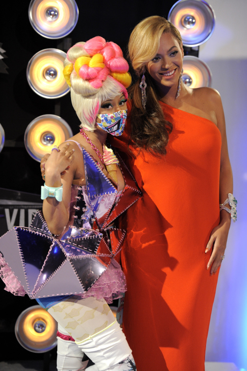 Nicki Minaj, left, and Beyonce arrive at the MTV Video Music Awards on Sunday Aug. 28, 2011, in Los Angeles. (AP-Yonhap News)