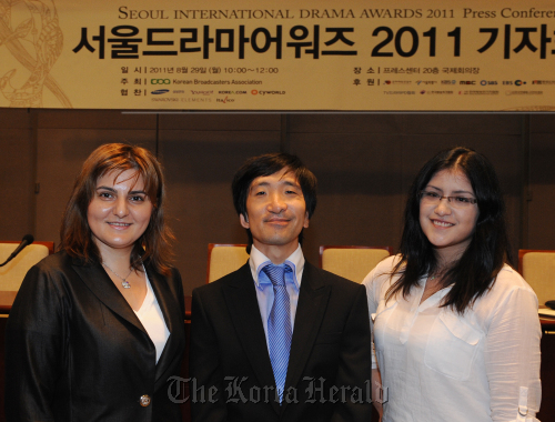 From left to right: RKIA president Daniela Predut, Korean Connection president Maxime Paquet, M Town in Peru's Korea-based liaison head Miluska Cabrera attend the Seoul International Drama Awards 2011 press conference. (Lee Sang-sub/The Korea Herald)