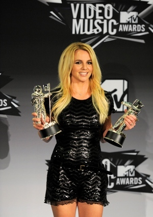 Britney Spears poses with the video vanguard award backstage at the MTV Video Music Awards on Sunday Aug. 28, 2011, in Los Angeles.(AP-Yonhap News)