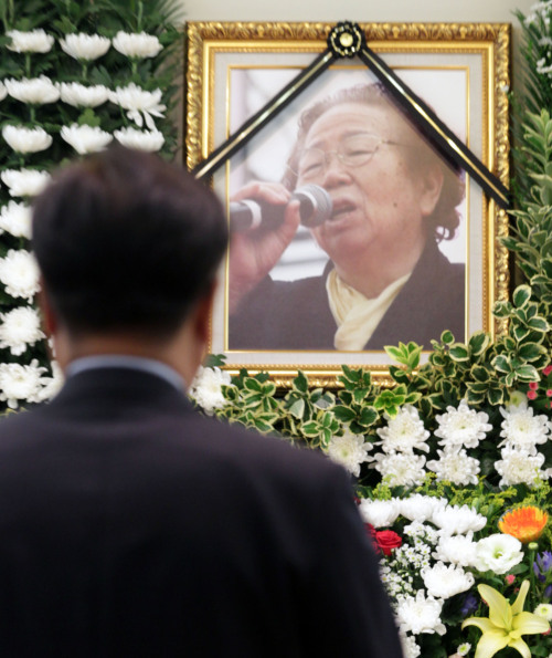 A citizen pays tribute to Lee So-sun, the mother of labor activist Jeon Tae-il, who passed away Saturday, at an altar in Seoul National University Hospital. (Yonhap News)